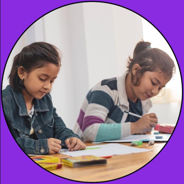Kinder bei der kreativen Arbeit